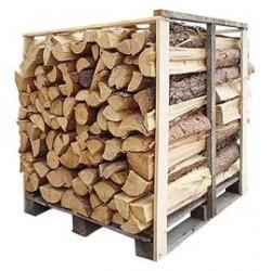 Štípané dřevo rovnané na paletě