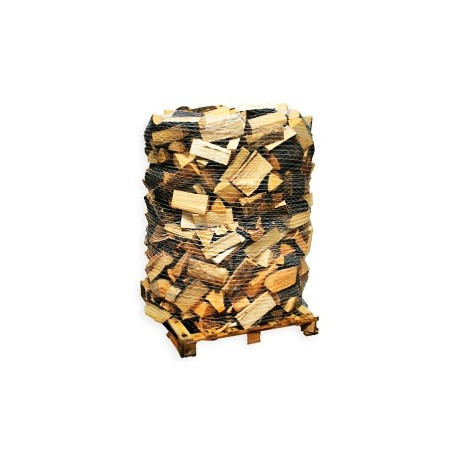 Štípané dřevo sypané na paletě